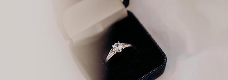Anillo de compromiso de oro y diamante